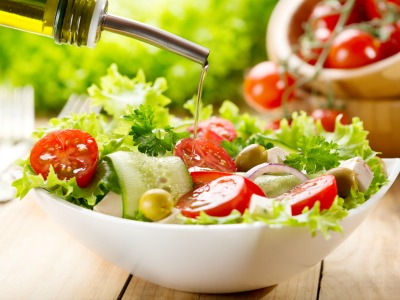 lose 10 pounds - delicious bowl of salad drizzled in olive oil